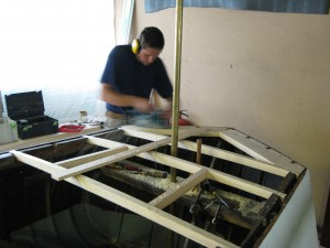 Johan bygger akterdäck Independance-08